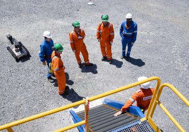 Collaborateurs en EPI travaillant sur la PPL lors de l'inauguration de la zone de tests robotiques.