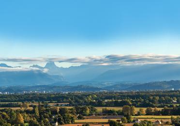 Paysage de la ville de Pau, les Pyrénées en arrière plan