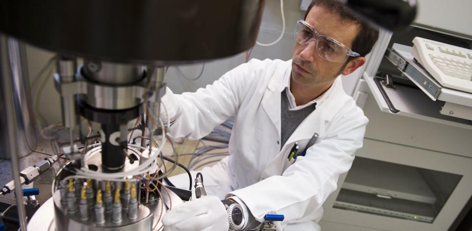 Ingénieur en géomécanique préparant un test Hautes Pressions / Hautes Températures dans une cellule spécifique développée au CSTJF.